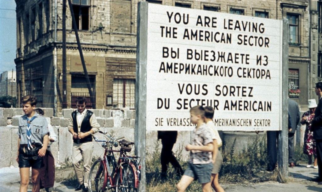 La costruzione del Muro di Berlino – Un poeta contro i colonnelli – L'exploit di Federica Pellegrini