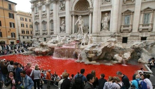 La Fontana di Trevi si tinge di rosso – Il primo computer digitale – Apre Blockbuster