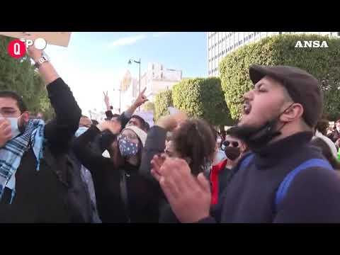 """Tunisia, centinaia di giovani protestano contro lo """"Stato di polizia"""""""