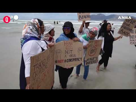 Covid, Citta' del Capo: i residenti infrangono il divieto di frequentare le spiagge