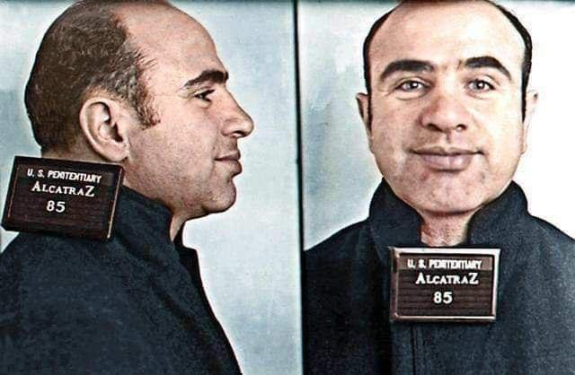 Al Capone posa per una foto segnaletica al suo arrivo ad Alcatraz