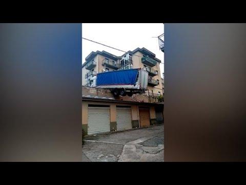 Palermo, tir in bilico sui tetti: rischia di cadere su una palazzina