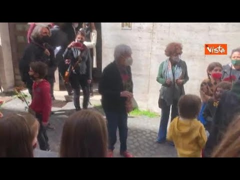 """""""Questo è il fiore del partigiano"""", adulti e bambini cantano 'Bella Ciao' fuori Museo della…"""