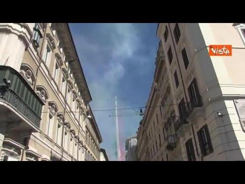 Il passaggio delle Frecce Tricolori, tante persone su Via del Corso per assistere
