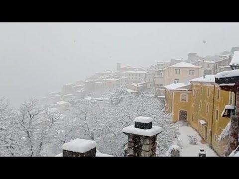 Maltempo, la neve ricopre Barrea nel Parco Nazionale d'Abruzzo