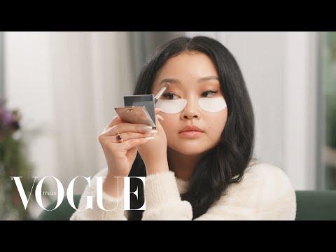 Sguardo dorato e labbra rosse: il look glamour di Lana Condor | My Beauty Tips | Vogue Italia